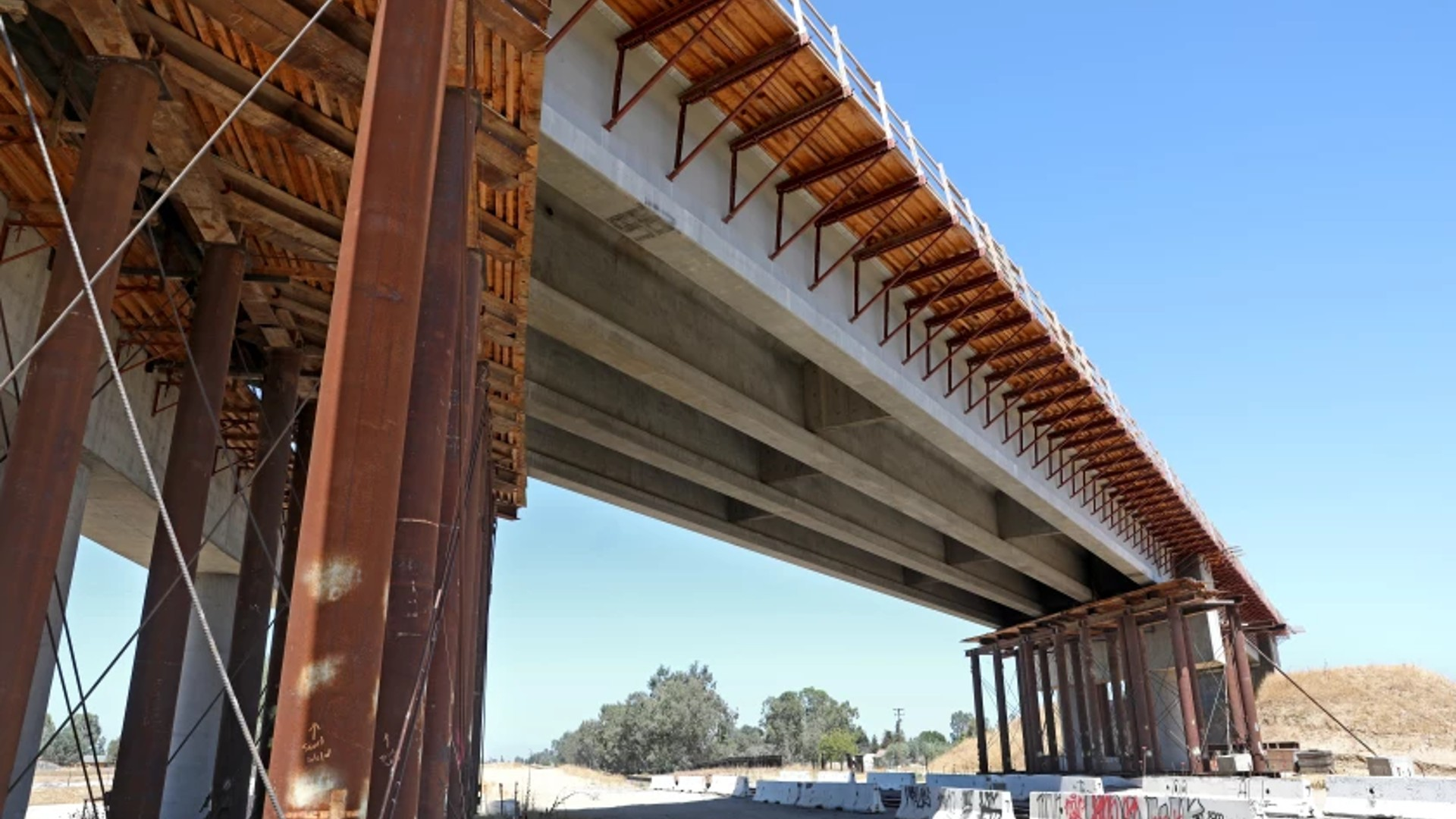 A 700-foot-long bridge in Madera under construction for the California bullet train.(Gary Coronado / Los Angeles Times)