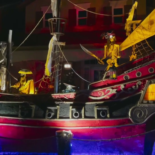 """""""Pirates of the Caribbean"""" themed displays in Aliso Viejo were the idea of a creative father and son who live in the neighborhood. (@stanleyhauss)"""